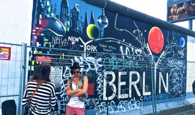 Berlin wall with students