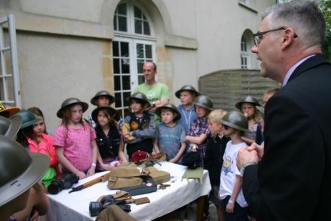 children studying world war 1